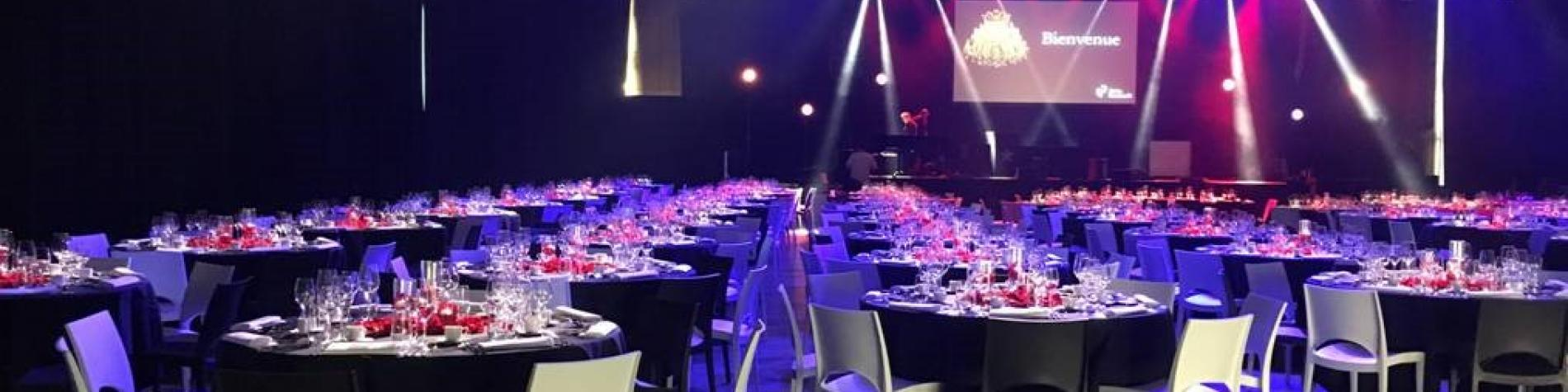 salle de réception lumière bleue et rouge en Wallonie à Liège. Palais des congrès