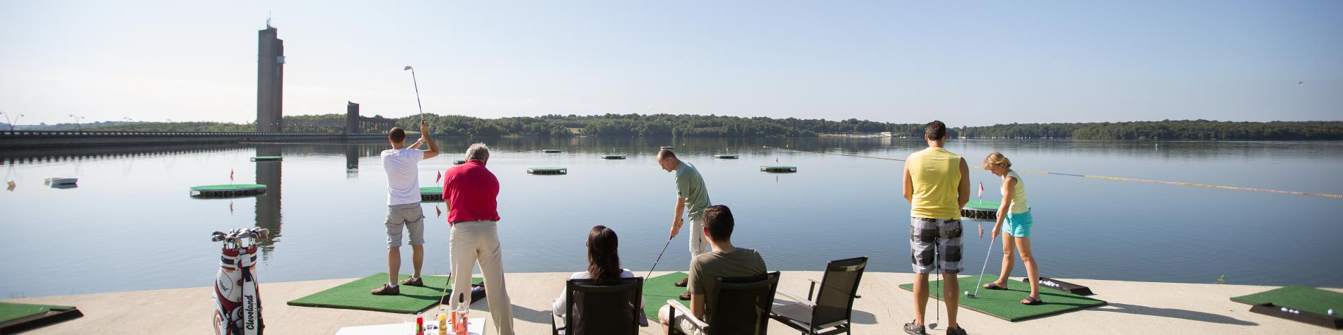 Découvrez l'AquaGolf aux Lacs de l'Eau d'Heure, en Province de Namur