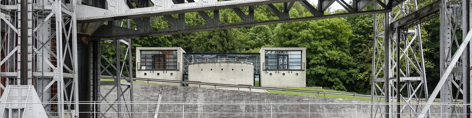 Vélo posé devant les ascenseurs hydrauliques du canal du centre