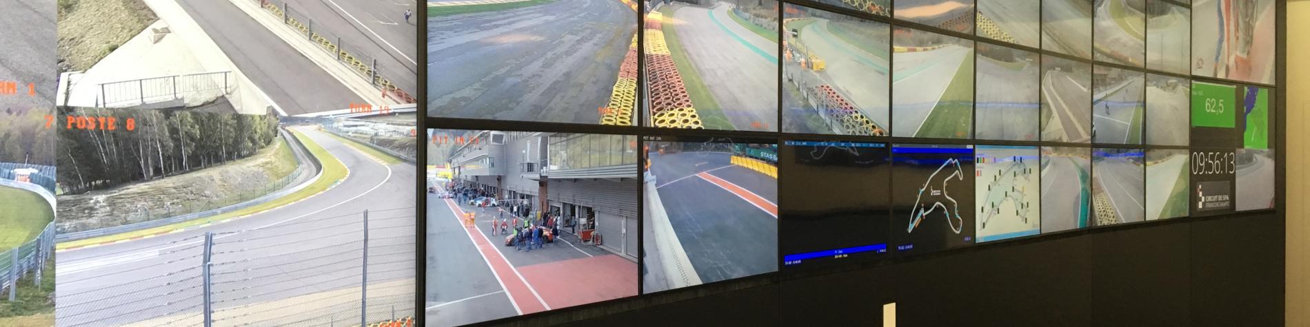 Salle de contrôle avec plusieurs télévisions à Spa-Francorchamps en Wallonie