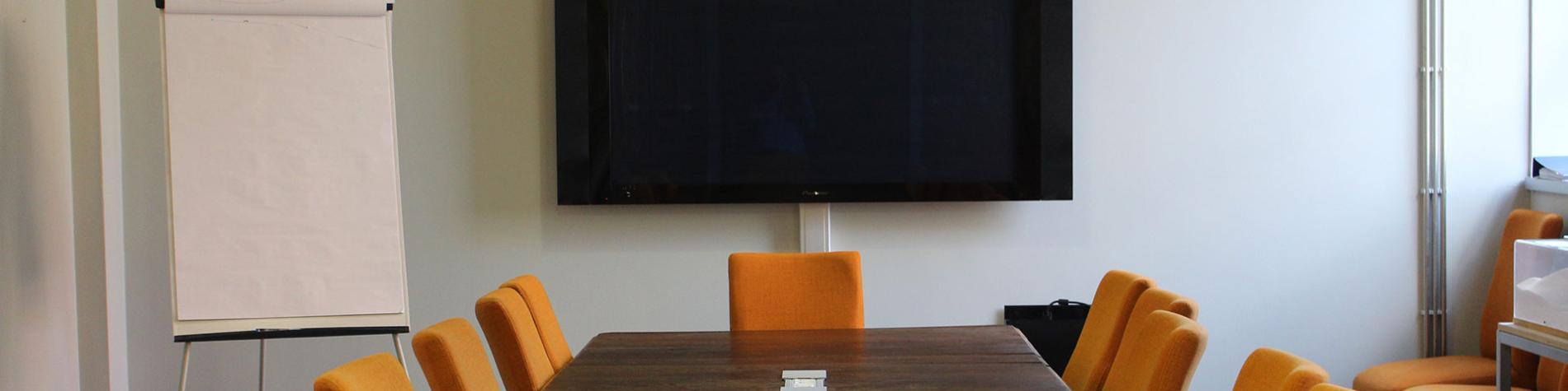salle de réunion avec écran et lumière du jour