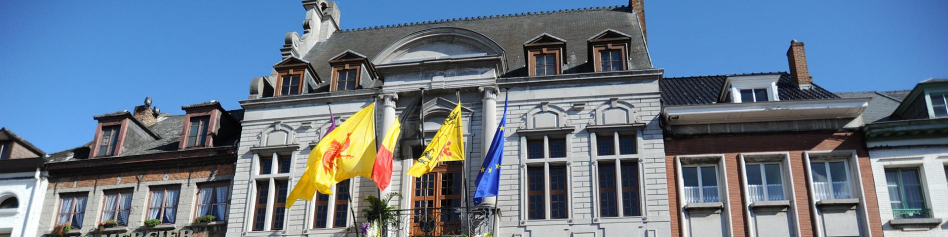 Ath - Hôtel de Ville - drapeaux - façade