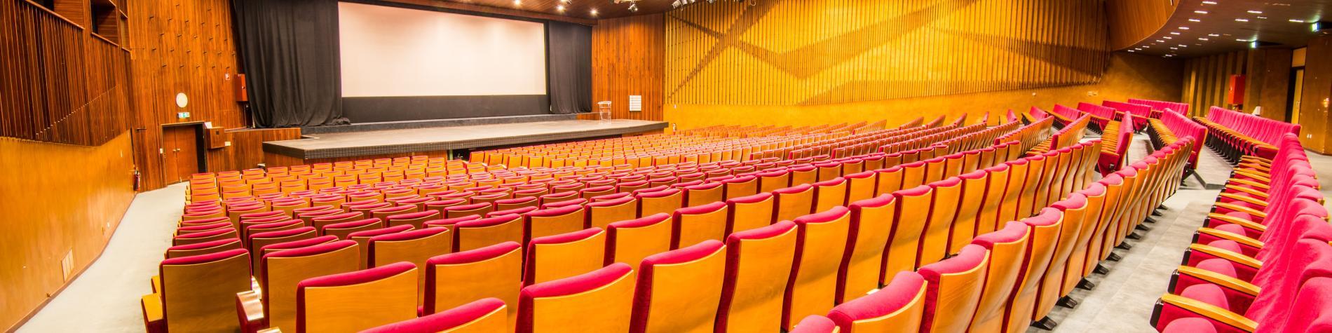 Salle de congrès vue sur la scène