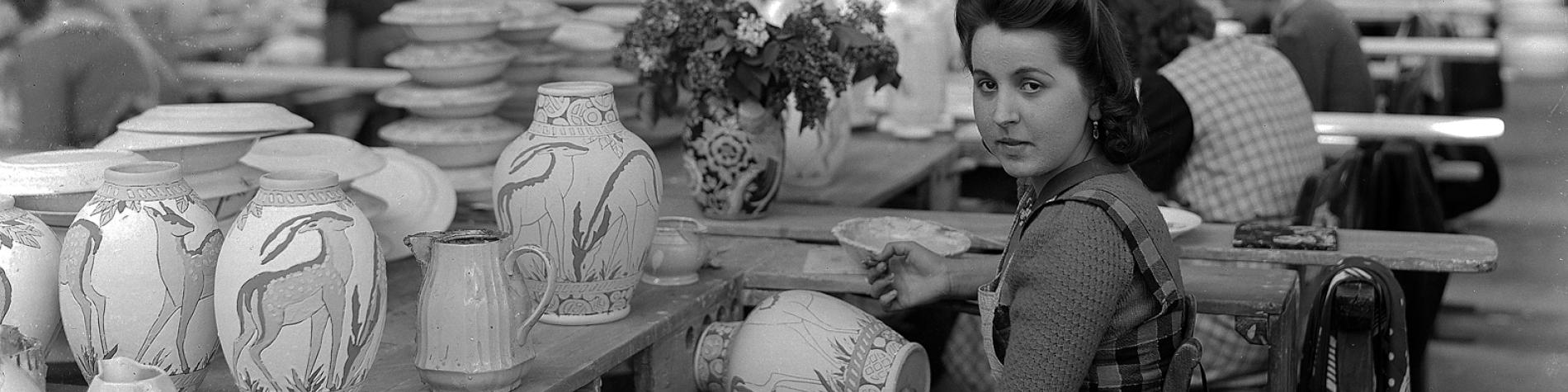 Raconte-moi Boch - Suzanne Bilot dans l'atelier de décoration de Charles Catteau