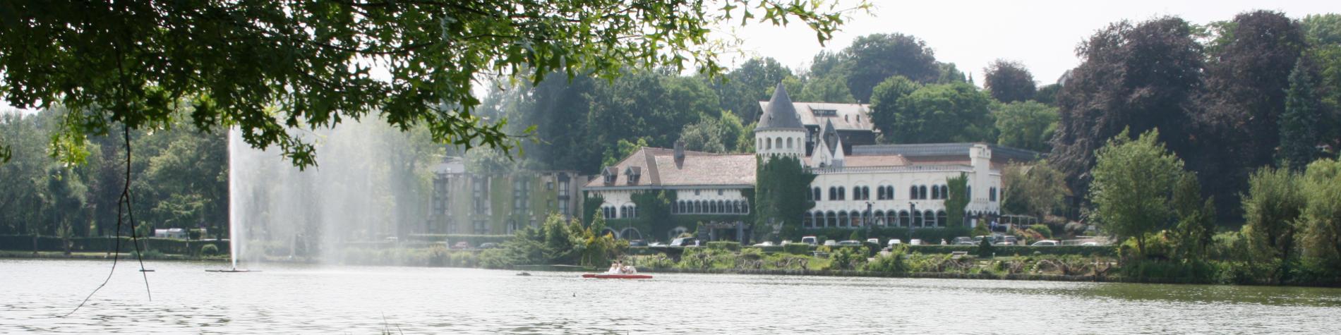 Vue sur le Martin's Château du lac à Genval, dans le Brabant wallon