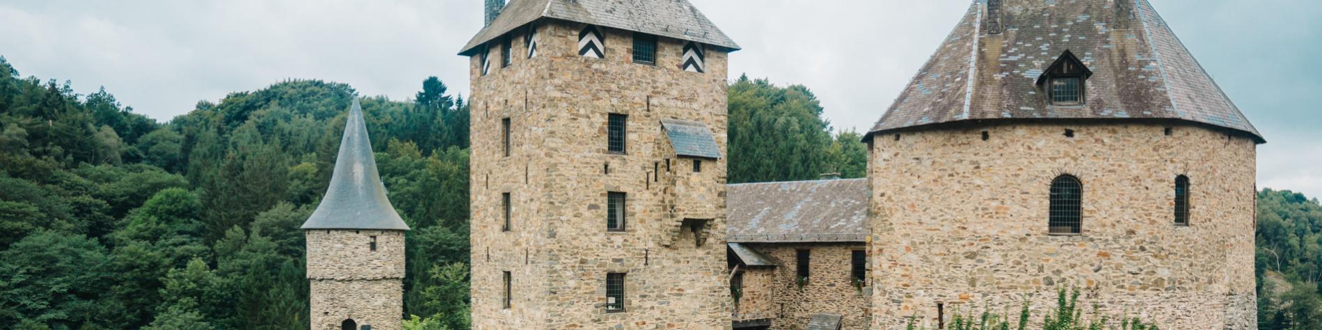 Vue sur le Château de Reinhardstein à Ovifat, dans la province de Liège