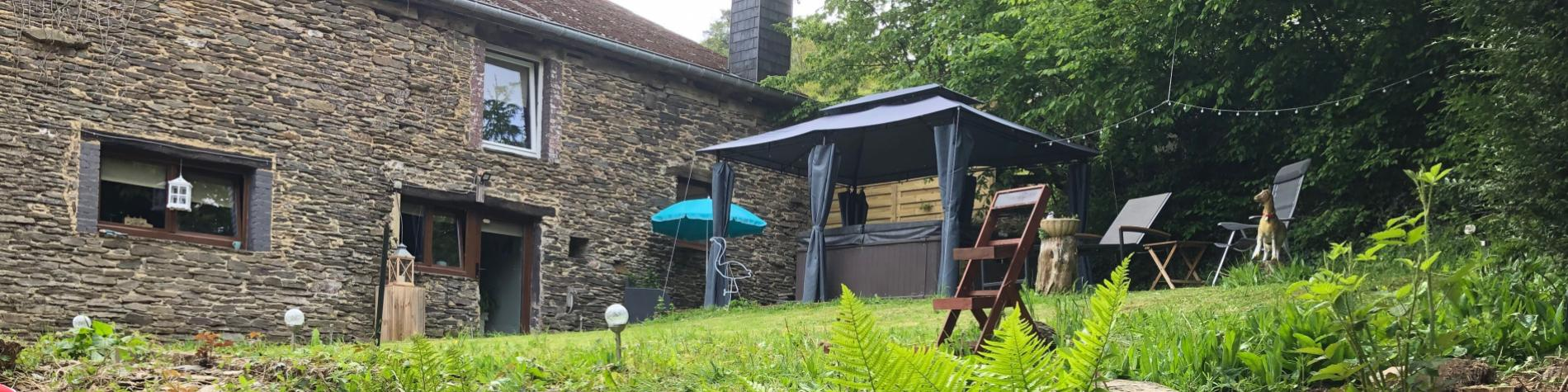 Vue panoramique de l'extérieur du gîte B&B Bourgeoisie à Frahan-sur-Semois
