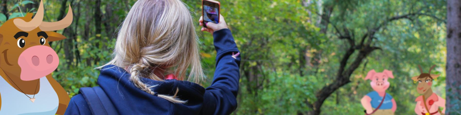 Petite fille avec son smartphone à la campagne