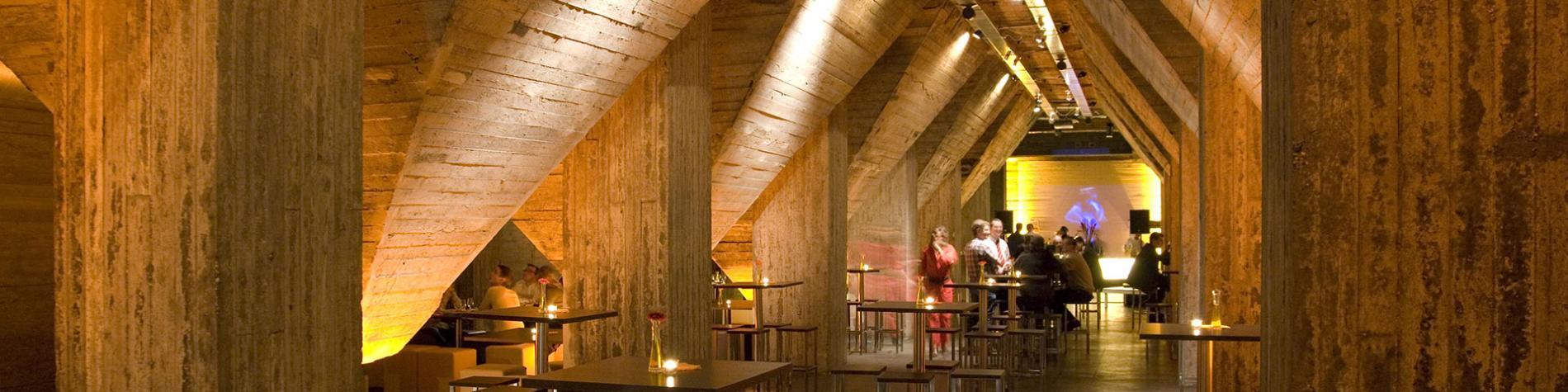salle faite en béton avec des tables hautes