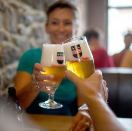 Un toast avec une des bières servies dans le café Au Beffroi à Thuin