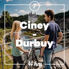 Paar mit Fahrrädern auf einer Brücke