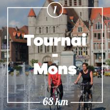 Zwei Radfahrer auf der Grand-Place in Tournai