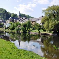 Walk along the Semois in the village of Chassepierre
