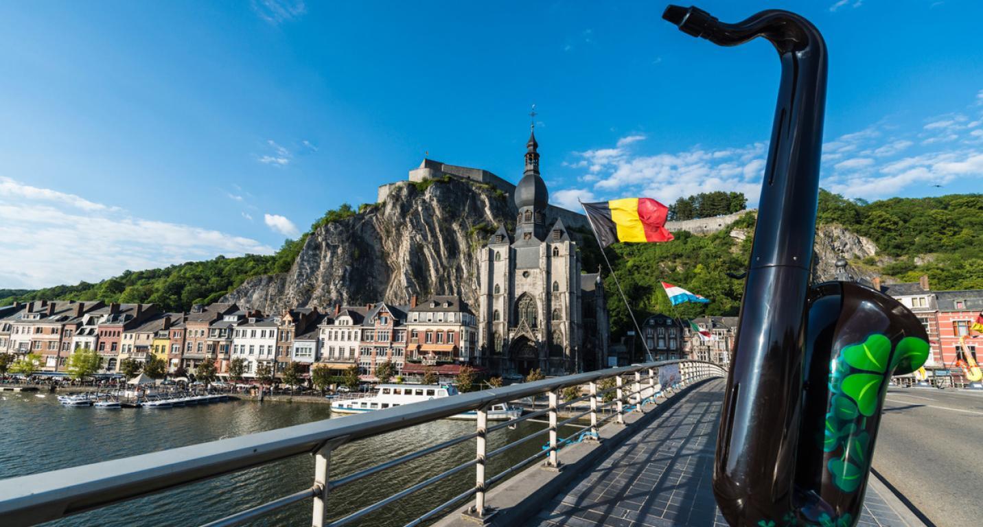 Ville de Dinant : vue du pont sur la Meuse décoré avec un saxophone