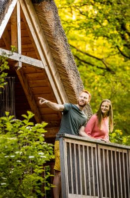 Campagne - relance - VisitWallonia - Se reconnecter - Cabane - bois - couple