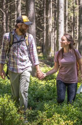 Campagne - relance - VisitWallonia - Se retrouver - couple - bois - promenade - sapinière