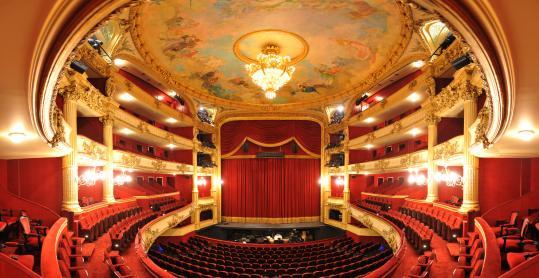 Prachtige zaal van het Koninklijk Theater van Luik met de Koninklijke Opera van Wallonië